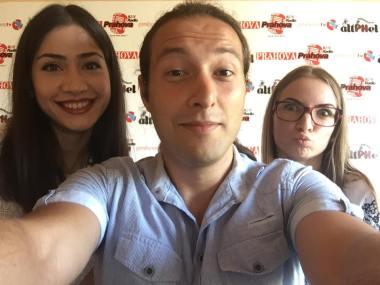 Sunt mândru posesor de selfie cu cele două prahovence care au luat nota 10 pe linie la bacalaureat 2015. Selfie cu Diana Niţă şi Iulia Şerban!