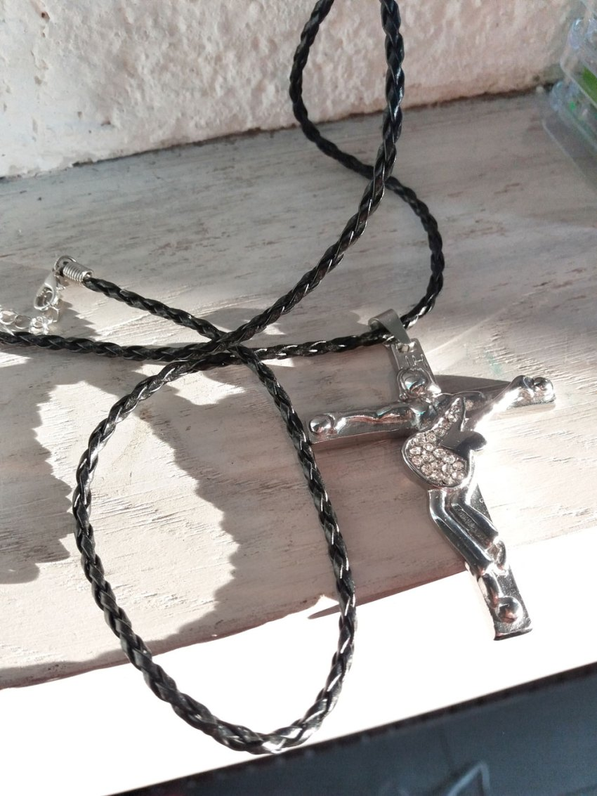 pendantif-collier-johnny-hallyday-guitare-ange-jesus-crucifix