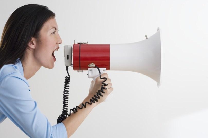 Vrouw schreeuwt door megafoon