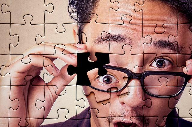 Geschokte man in puzzlestukjes