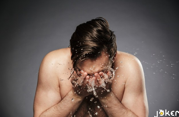 portrait-young-shirtless-man-washing-his-face-with-water_171337-23989