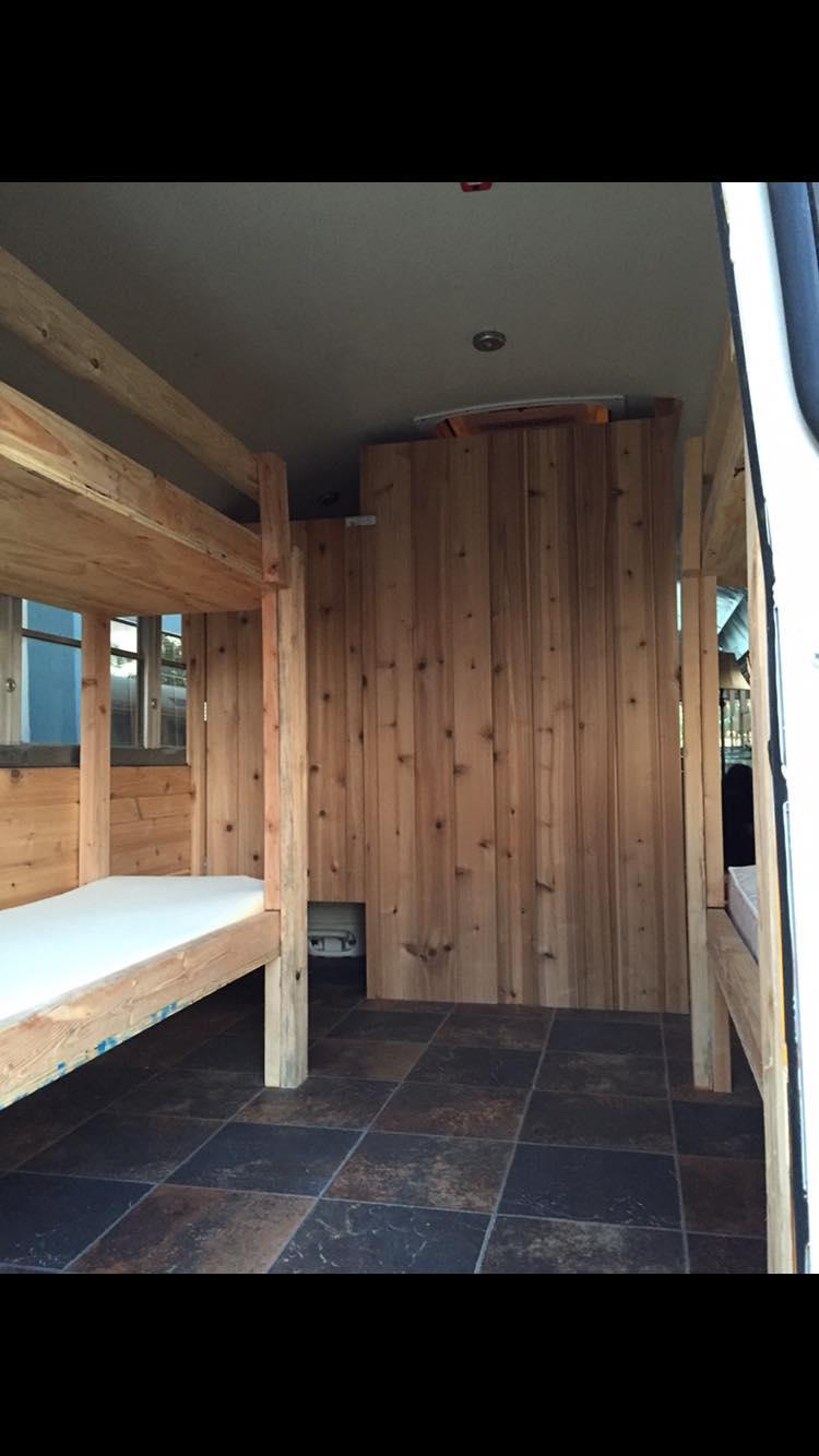 Il Transforme Un Autobus Scolaire En Mini Maison Et Veut