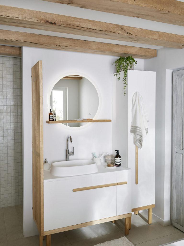 une salle de bain en blanc et bois