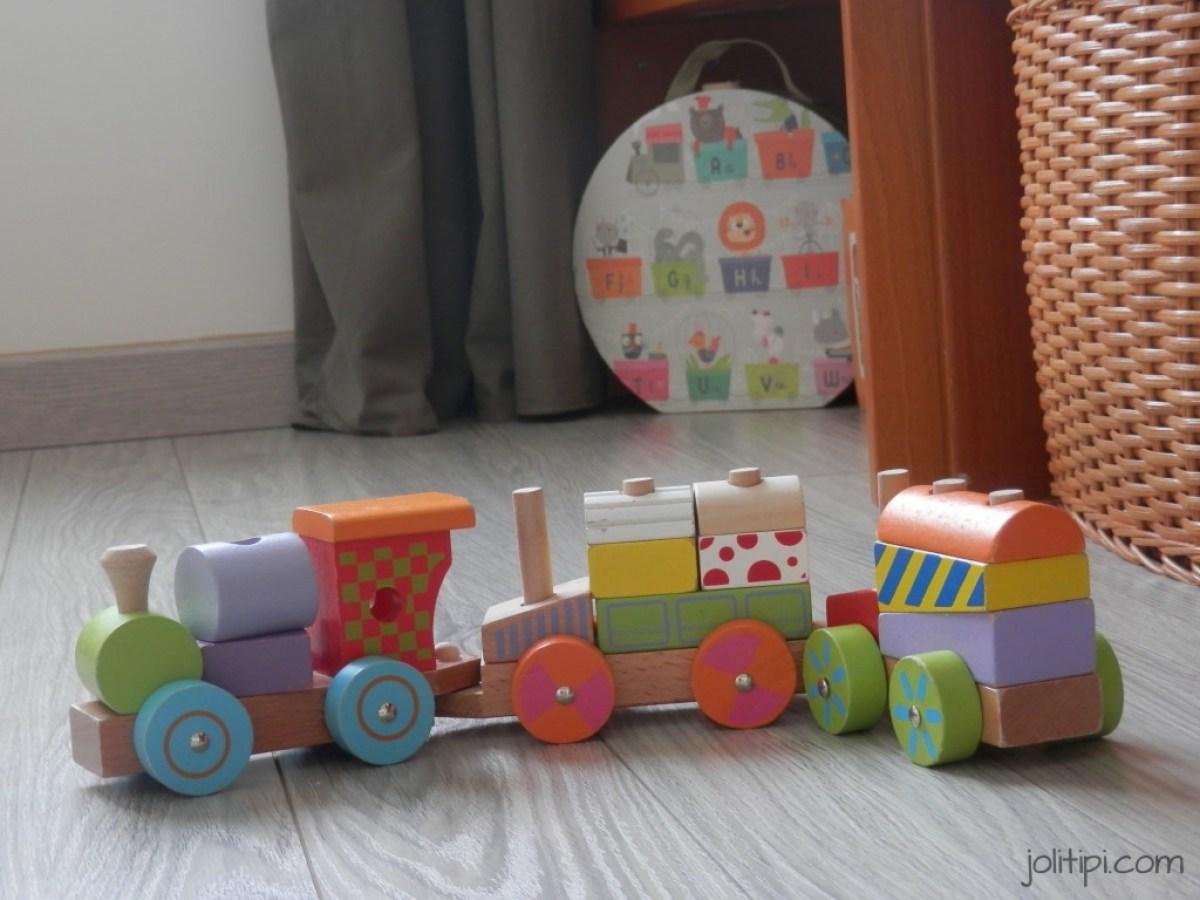 chambre bébé garçon suspension jouets en bois