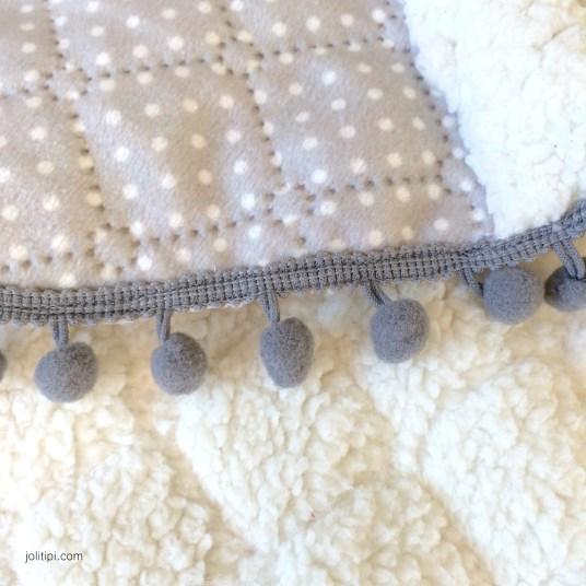 cape-bebe-gris-clair-matelasse-fourrure-pompons-details-2