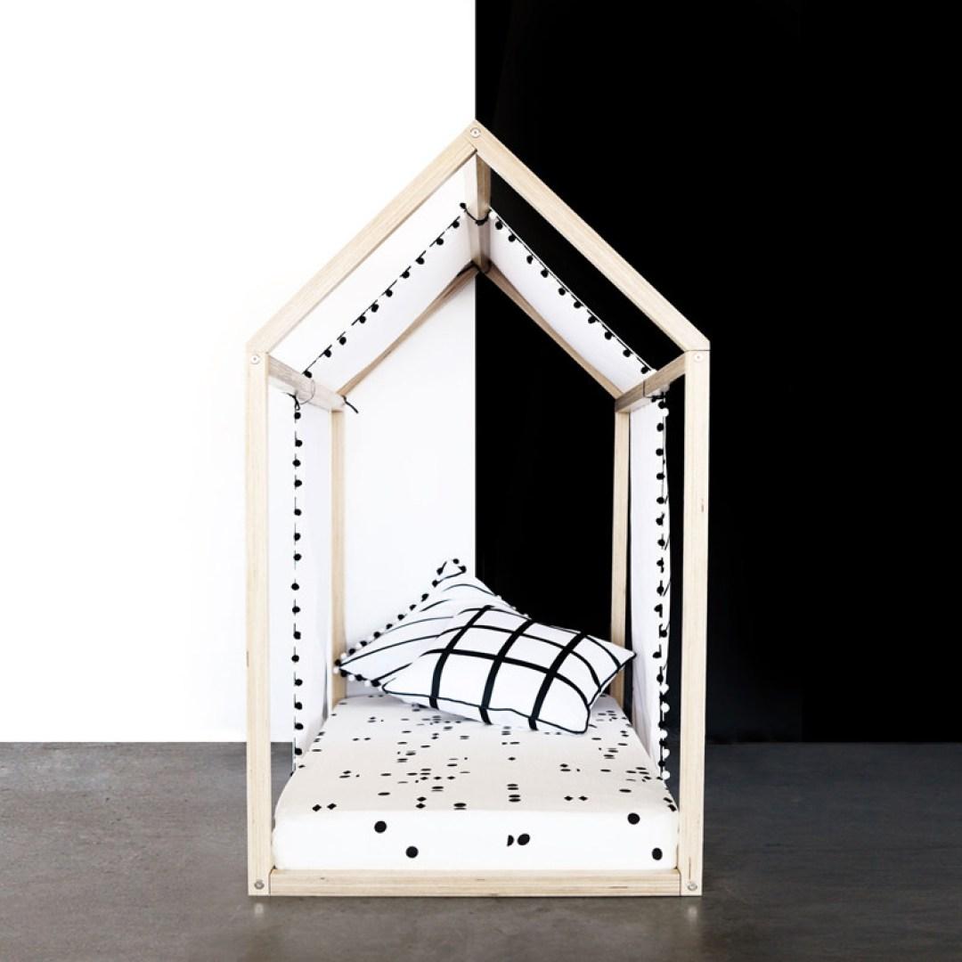 Maisonnette de jeu ou de repos, lit cabane, lit bois design épuré black and white décoration chambre d'enfant