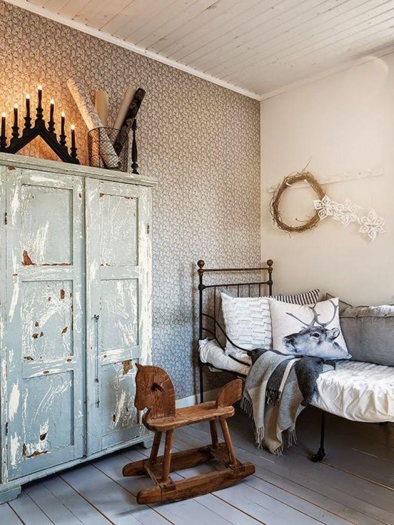 lit enfant fer forgé armoire vintage et tapisserie fleurie