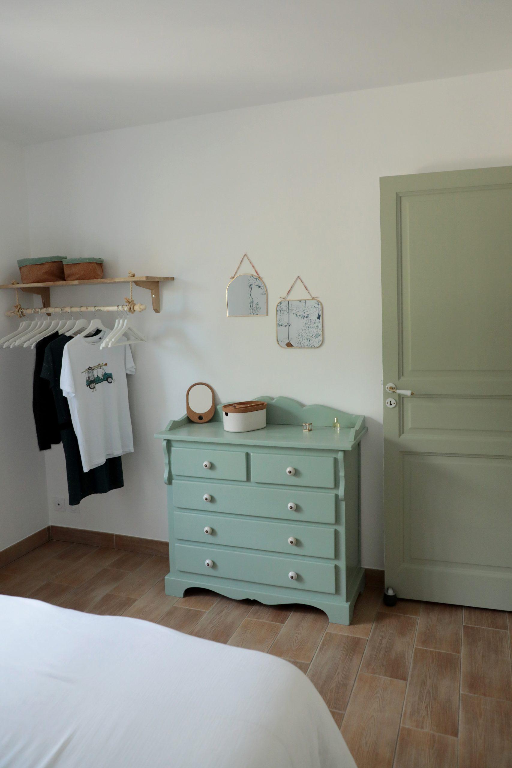 chambre parentale décoration verte commode ancienne, miroirs laiton