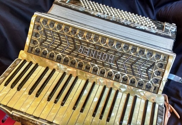 Hohner 1055 musette piano accordion