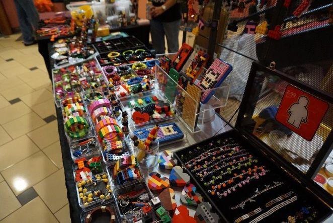 Waaaah, sangat kreatif! Barang kemas dan barang hiasan nih dibuat dari Legos!