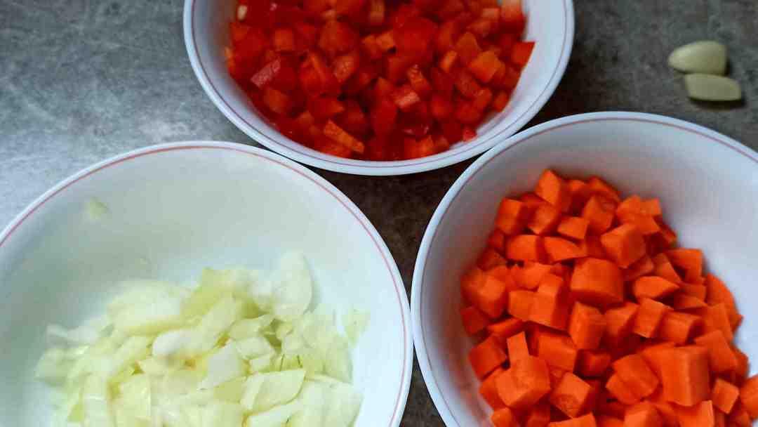 Emincer l'oignon, le poivron et couper les carottes en petits dés
