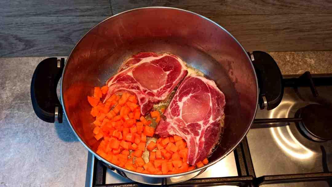 Faire dorer les côtes de porc avec les dés de carotte