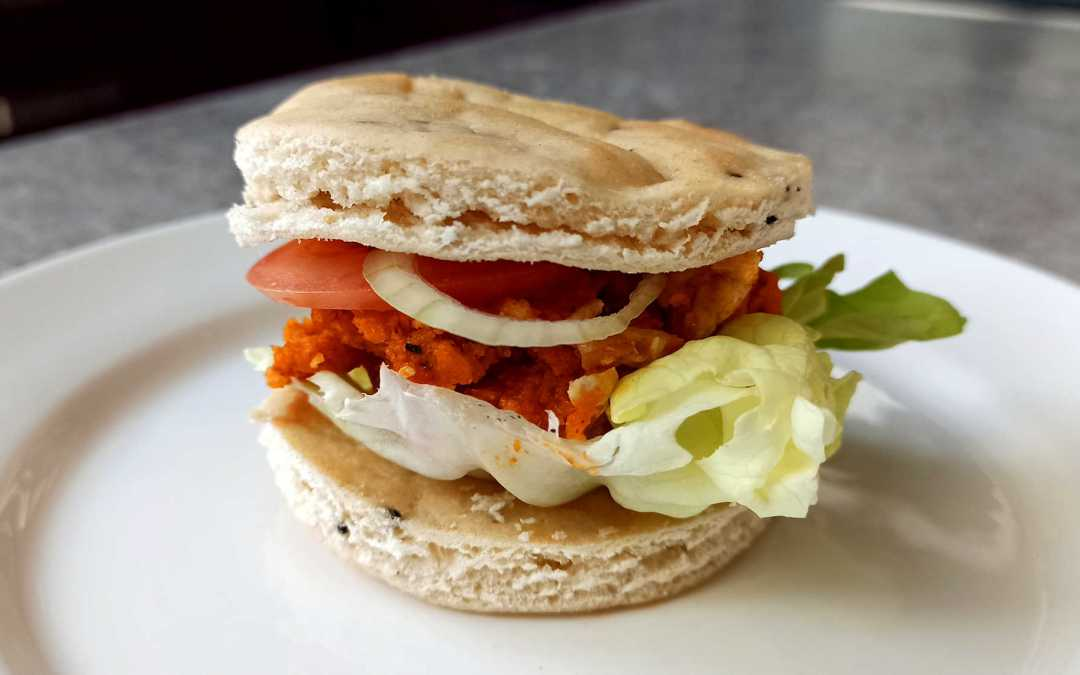 Burger au pain naan et poulet tikka masala