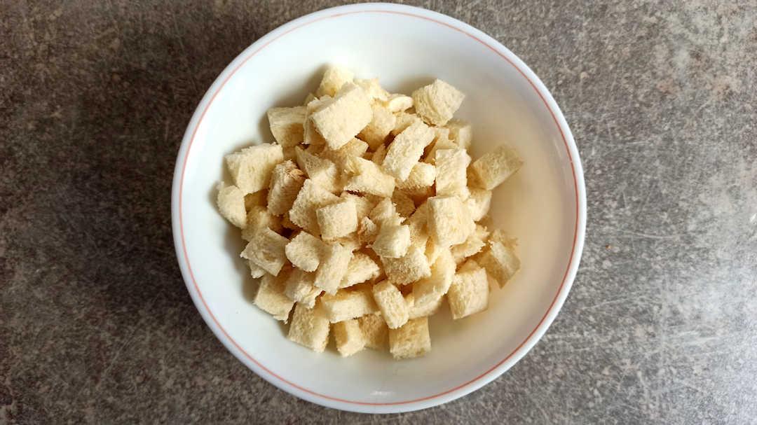Couper les tranches de pain de mie en cubes