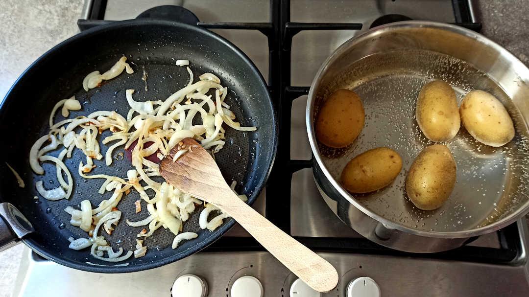 Pendant la cuisson des pommes de terre, faire revenir l'oignon
