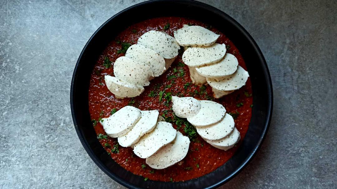 Poser les tranches de mozzarella sur les escalopes de poulet