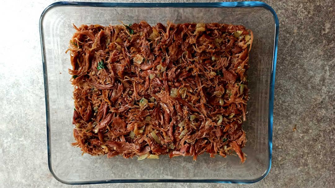 Tasser la viande dans le plat à gratin