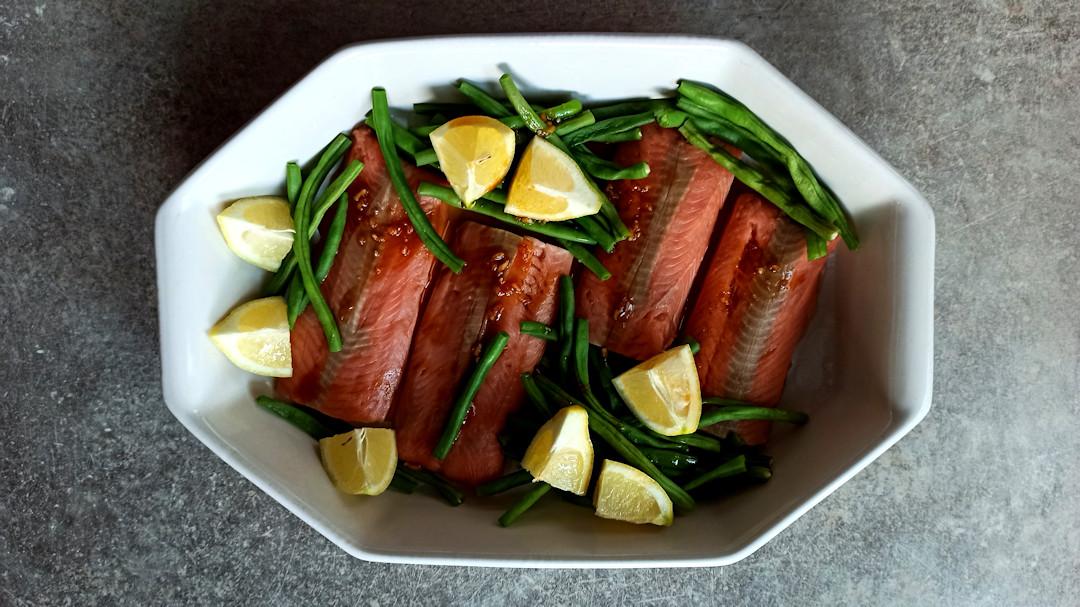 Disposer les haricots verts autour des filets de saumon