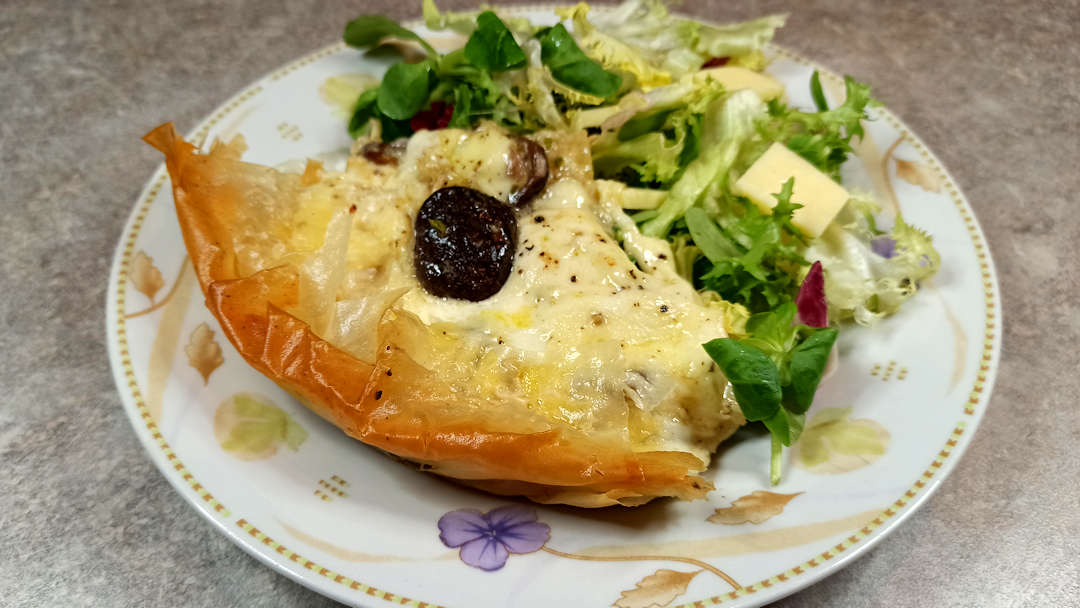 La tarte croustillante à la mozzarella et champignons de Cyril Lignac s'accompagne simplement d'une salade verte