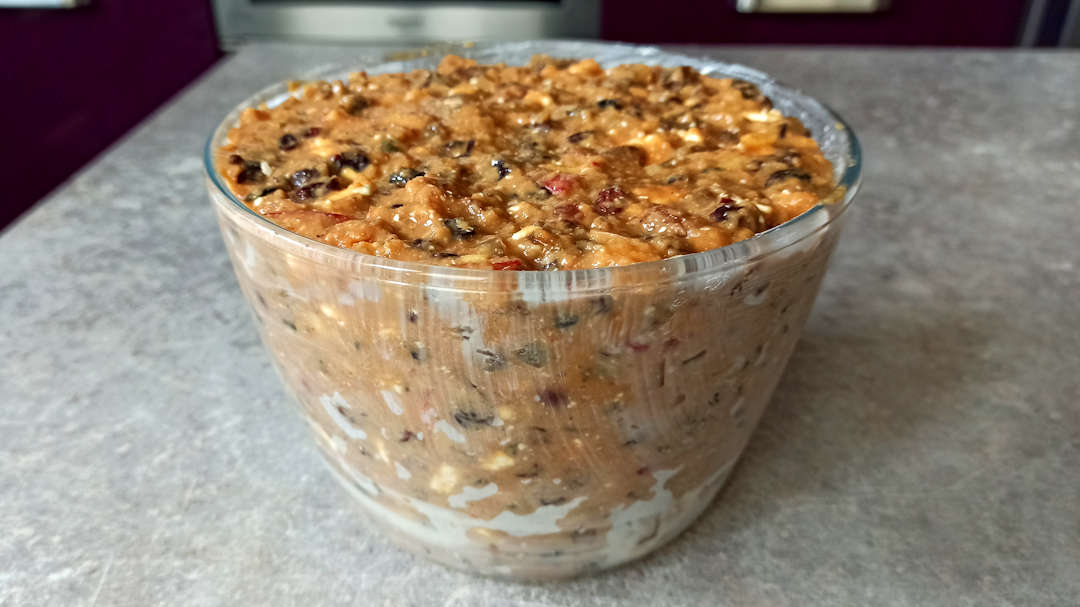 Beurrer et fariner un moule en pyrex avant de le remplir de préparation de cette recette du plum pudding