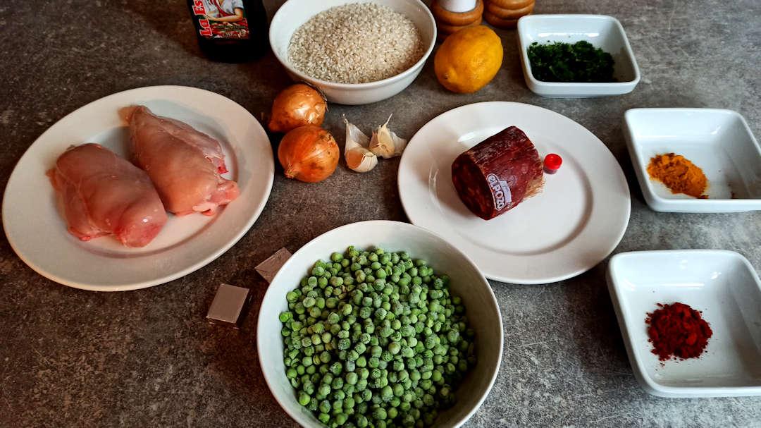 Les ingrédients du poulet et chorizo façon paella