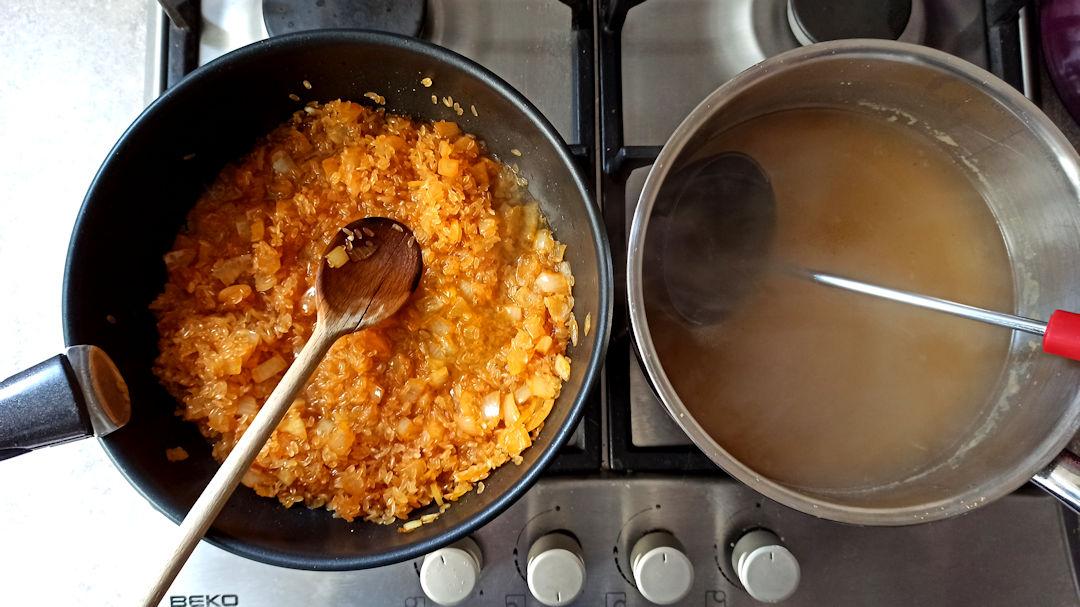Verser le bouillon dans la poêle