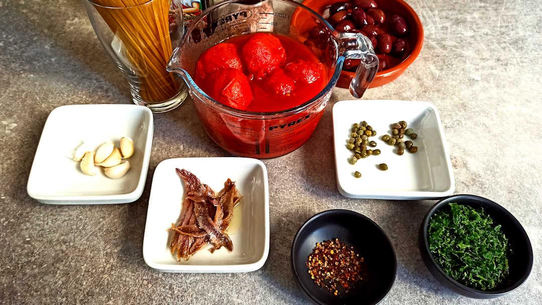 Les ingrédients des spaghetti à la puttanesca