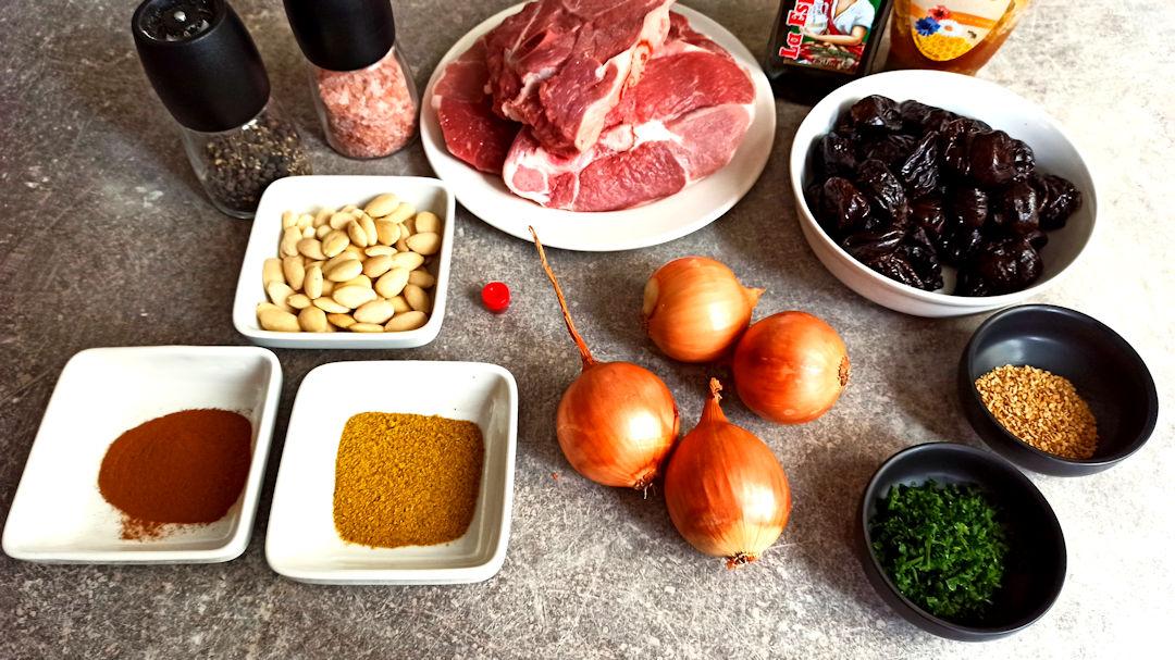 Les ingrédients du tajine traditionnel aux pruneaux et aux amandes