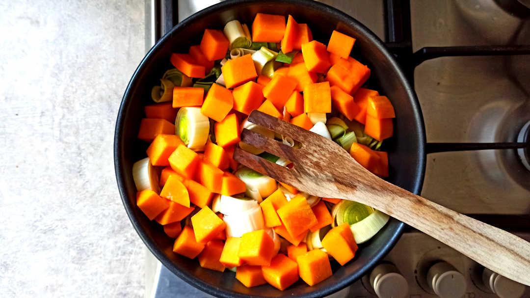 Ajouter les morceaux de poireaux et de courge
