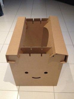 Montage du bureau en carton.