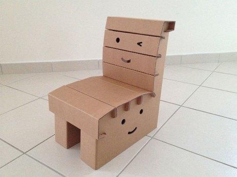 La Chaise En Carton De Funny Paper Est Solide