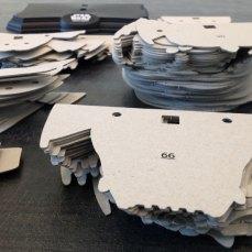 Toutes les pièces du puzzle 3D sont prêtes à être superposées.