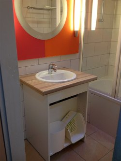 La salle de bain est propre et assez grande.