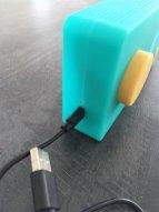 On peut télécharger de nouvelles histoires via le cable USB.