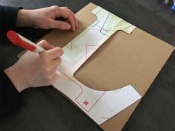 détourage de la lettre lumineuse sur du carton