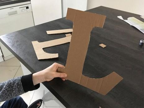 découpage de la lettre dans du carton