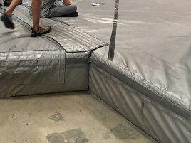 Des matelas épais sont présents sur le sol.
