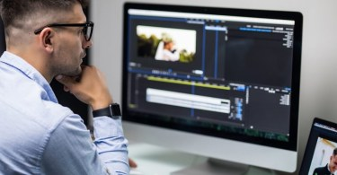 Un homme monte une vidéo en ligne