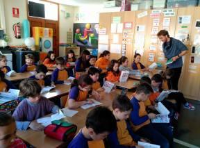 Els alumnes de La Ràpita amb el llibre