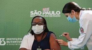 Bolsonaristas divulgam fake news contra a enfermeira que foi a primeira vacinada