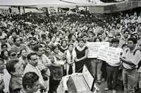 Integrantes de la Asamblea Popular de los Pueblos de Oaxaca, durante un acto de protesta por la pol�tica del mandatario Ulises Ruiz, en el contexto del conflicto que no se ha resuelto en la entidad. Esta fotograf�a forma parte de la exposición que se inauguró, el pasado jueves, en el Centro Cultural Estación Indianilla
