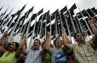 Abogados, estudiantes de leyes y otros ciudadanos cubanos protestaron por la liberación, en Estados Unidos, de Luis Posada Carriles