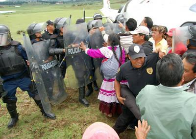 Mazahuas que exig�an que se les cumplieran promesas de dotación de agua fueron replegados a escudazos y toletazos por polic�as federales y mexiquenses, luego de que rompieron el cerco del Estado Mayor Presidencial durante la visita del Ejecutivo, en Villa de Allende. La gresca, que duró una hora, ocurrió en el lugar de aterrrizaje de los helicópteros oficiales y resultaron heridos un diputado local y un polic�a Foto Agencia MTV