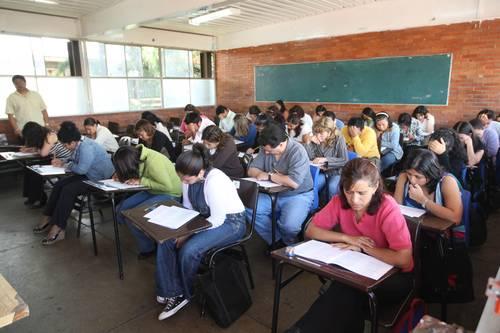 Aspirantes a ocupar una plaza en el sistema educativo durante la realización del examen de oposición SEP-SNTE, el pasado lunes en una escuela del Distrito Federal