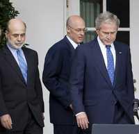 El presidente George W. Bush en la Casa Blanca acompañado por el presidente del banco de la Reserva Federal, Ben Bernanke (primero a la izquierda), y el secretario del Tesoro, Henry Paulson