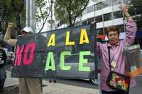 Maestros de la CNTE gritan consignas contra el gobierno federal y el de Morelos, durante la marcha mitin que salió del Angel de la Independencia a las oficinas de la Secretaria de Educación Pública