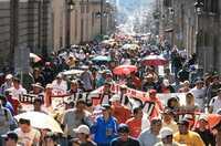 Miles de maestros marcharon en Morelia rumbo al palacio de gobierno, donde celebraron un mitin para exigir que se suspenda la aplicación de la ACE en el estado
