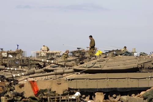 Tanques israelies destacados cerca de la franja de Gaza, antes de que ingresaran a ese territorio palestino bajo fuego de Tel Aviv. Reuters