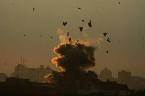 Explosión de un proyectil lanzado por el ejército de Israel sobre la zona de Gaza. Reuters