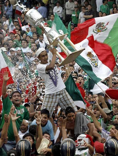 Aficionados en el Ángel de la Independencia después de golear México a Estados Unidos y ganar la Copa Oro (www.jornada.unam.mx)